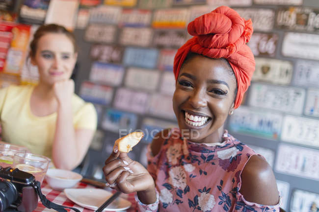 Portrait jeune femme enthousiaste au restaurant — Photo de stock