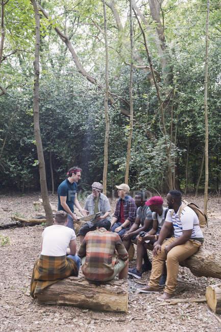 Мужская группа с картой планирования похода в лесах — стоковое фото