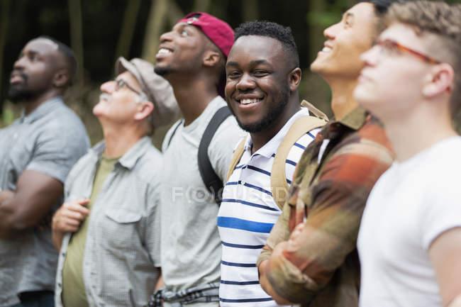 Портрет усміхнений, впевнений людина походи з друзями — стокове фото