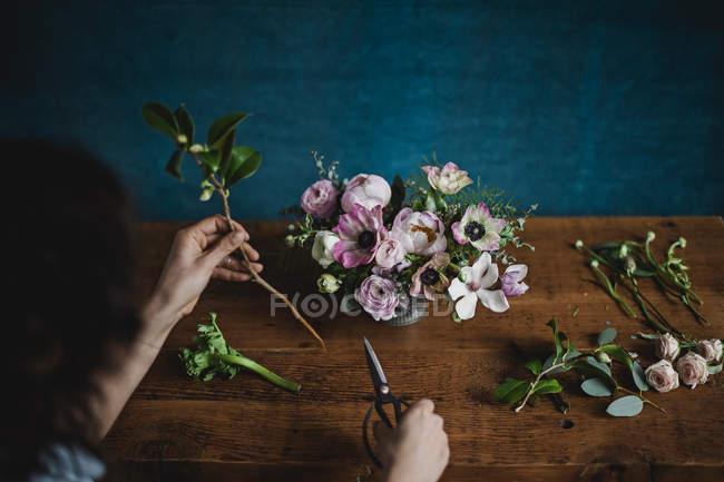 Vista dall'alto donna organizzare mazzo di fiori — Foto stock