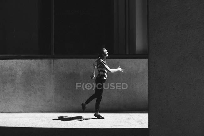 Jeunes hommes marchant sur le trottoir urbain — Photo de stock