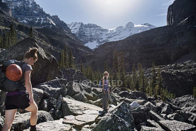 Походы женщин в величественном скалистом горном ландшафте, йохо Парк, Британская Колумбия, Канада — стоковое фото