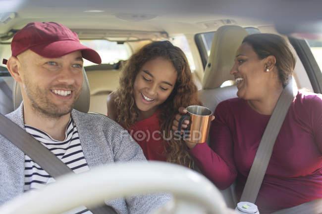 Family enjoying road trip in car — Fotografia de Stock
