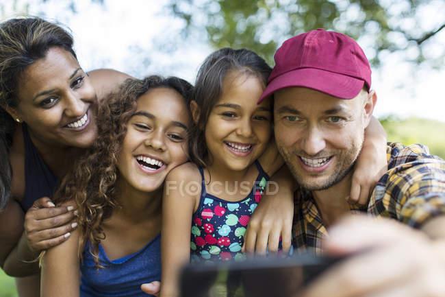 Glückliche Familie macht Selfie mit Kameratelefon — Stockfoto