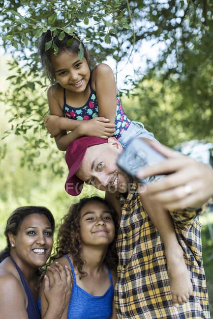 Prise de famille heureux, affectueux selfie avec téléphone appareil photo — Photo de stock
