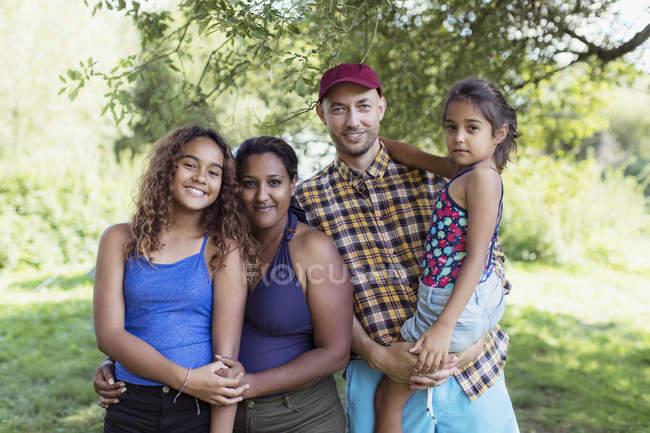 Familia feliz retrato en camping - foto de stock