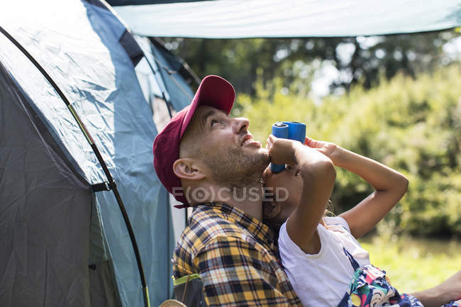 Цікаво батько і дочка птах спостерігаючи з бінокль на Сонячний кемпінг — стокове фото