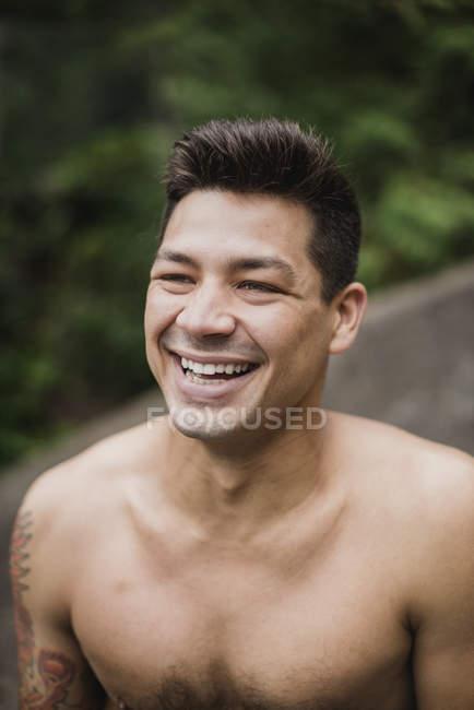 Ritratto felice, bello uomo a torso nudo ridere — Foto stock