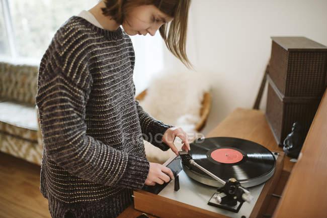 Mädchen spielt Schallplatte im Wohnzimmer — Stockfoto