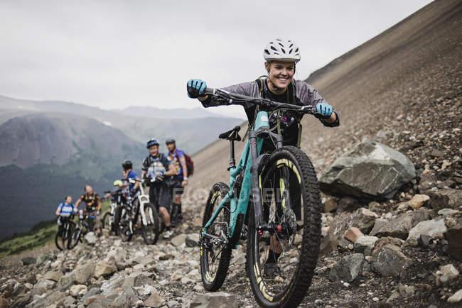 Ciclistas de montanha em trilha escarpada — Fotografia de Stock