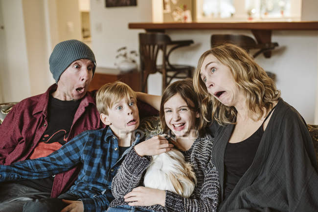 Família brincalhão, parva que faz as faces — Fotografia de Stock