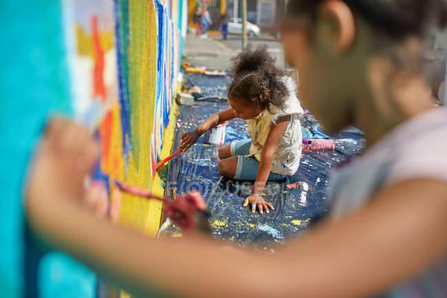 Niñas pintura mural en la pared - foto de stock