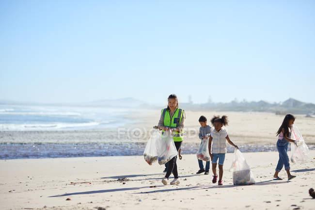 Crianças voluntárias limpando lixo de praia — Fotografia de Stock