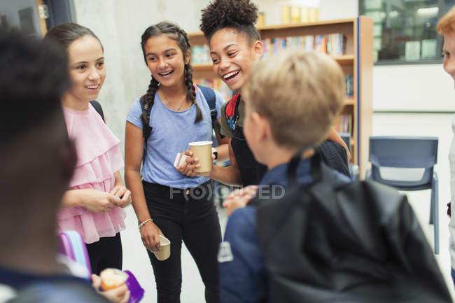 Младшие старшеклассники разговаривают, тусуподся — стоковое фото