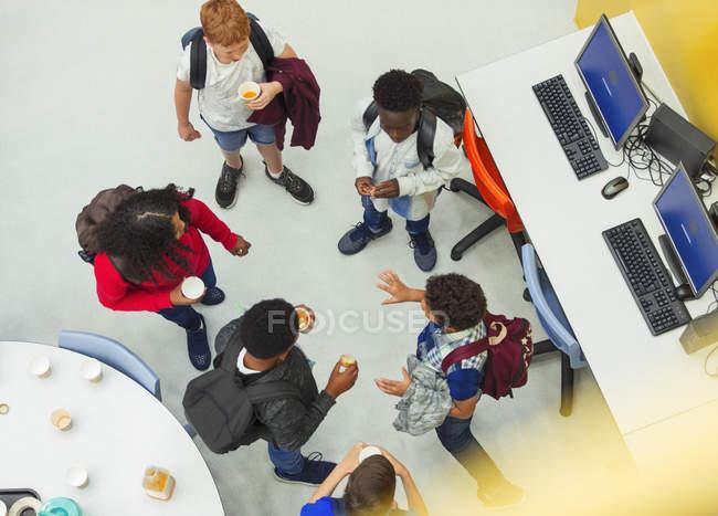 Studenti delle superiori che parlano in biblioteca — Foto stock