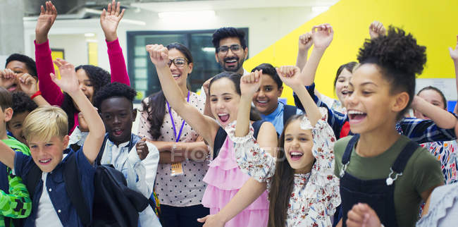 Портрет восторженных младших школьников и учителей аплодисменты — стоковое фото