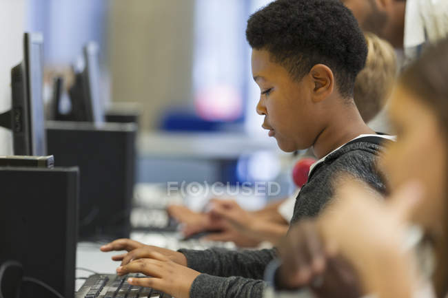 Konzentrierte Realschülerin nutzt Computer im Computerraum — Stockfoto
