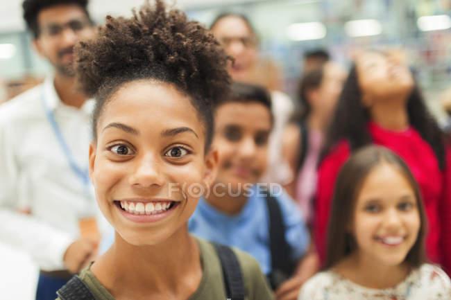 Ritratto di giocoso, esuberante junior studente di scuola superiore sorridente — Foto stock