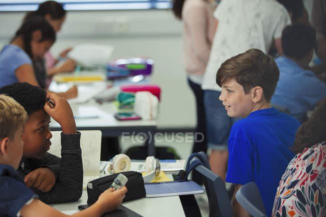 Studenti delle scuole medie che parlano in classe — Foto stock