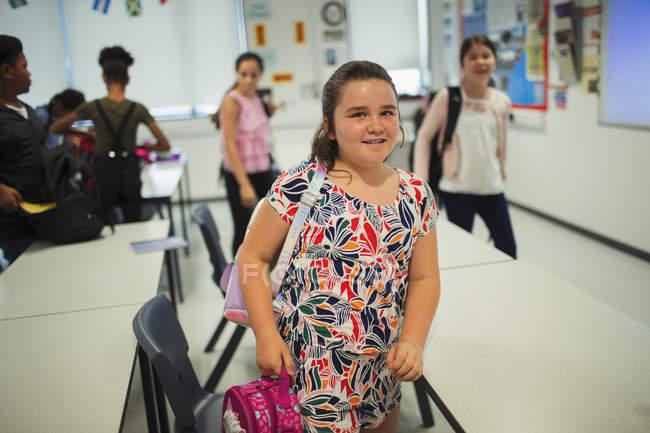 Ritratto di studenti delle scuole medie fiduciose che lasciano l'aula — Foto stock