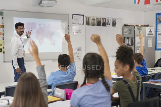 Männlicher Lehrer leitet Unterricht und ruft die Schüler im Klassenzimmer auf — Stockfoto