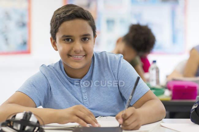 Porträt selbstbewusste Realschülerin bei Hausaufgaben im Klassenzimmer — Stockfoto
