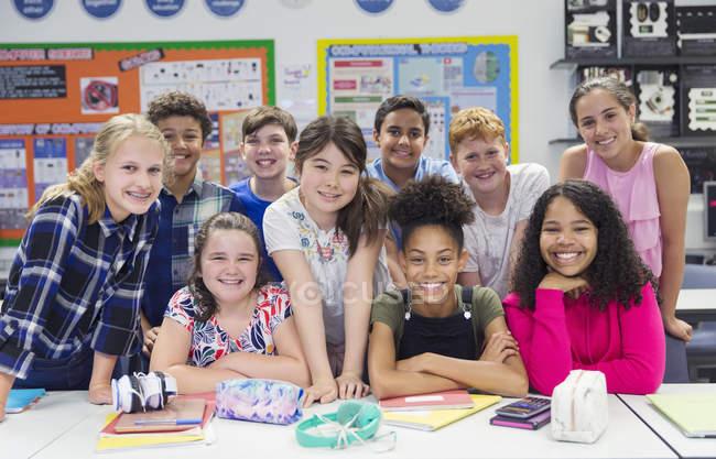 Ritratto di studenti delle scuole medie sicure in classe — Foto stock