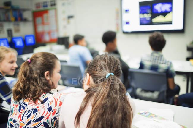 Studenti delle scuole medie in classe — Foto stock
