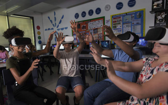 Junior high school students using virtual reality simulators in classroom — Stock Photo