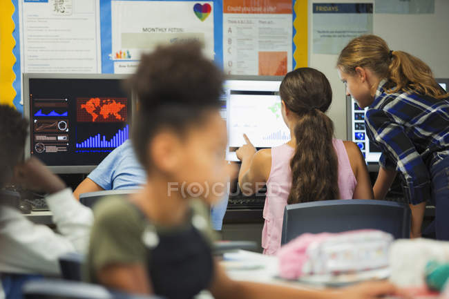 Studenti delle scuole medie che usano il computer in classe — Foto stock