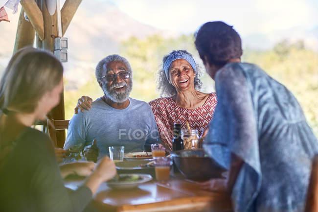 Счастливая старшая пара наслаждаясь завтраком на йоге отступление — стоковое фото