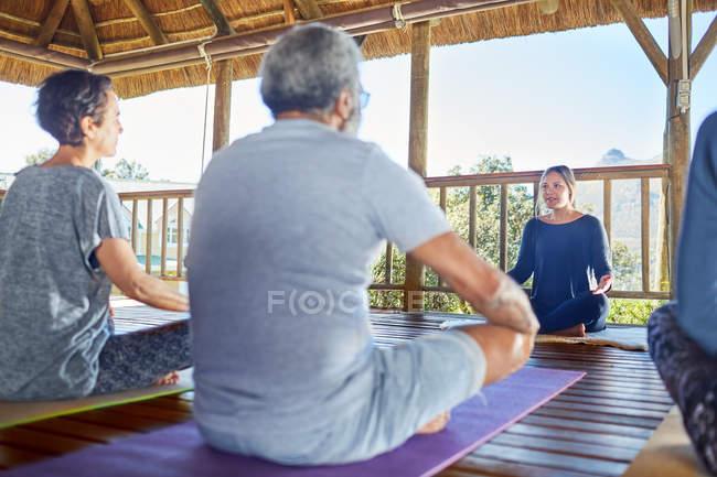 Ведущий женский инструктор по йоге в хижине во время йоги — стоковое фото