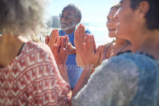 Freunde mit im Kreis gefalteten Händen genießen Yoga-Retreat — Stockfoto