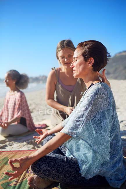 Gelassene Frau meditiert während Yoga-Retreat am sonnigen Strand — Stockfoto
