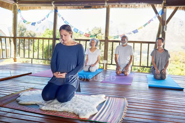 Menschen meditieren bei Yoga-Retreat in Hütte — Stockfoto