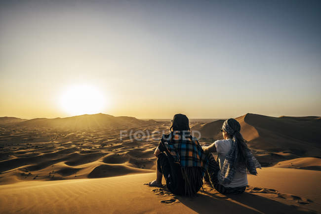 Couple enjoying sunny scenic view of remote, sandy desert, Sahara, Morocco — Stock Photo