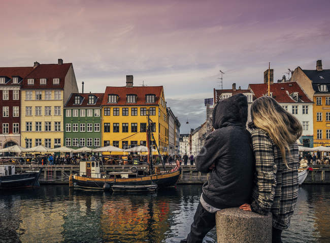 Couple enjoying view of canal and colorful buildings, Copenhagen, Denmark — Stock Photo