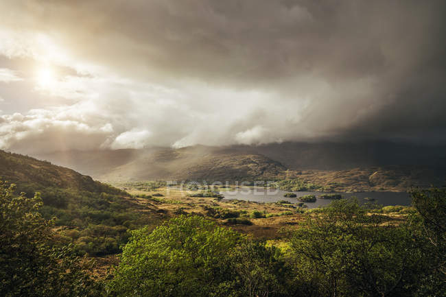 Tranquil, majestic view of clouds over sunny remote landscape, Kerry, Ireland — Stock Photo