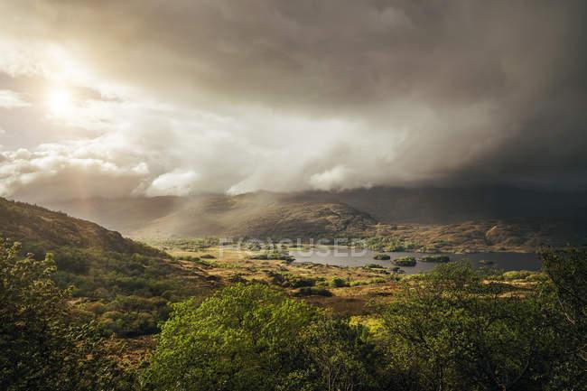 Спокойный, величественный вид облаков над Солнечный удаленного ландшафта, Керри, Ирландия — стоковое фото