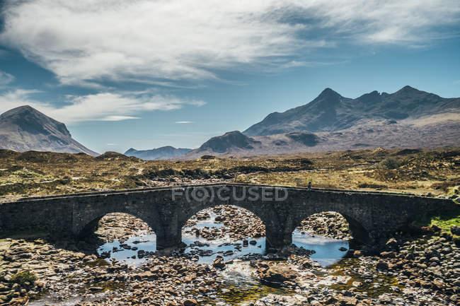 Puente sobre Río escarpada remoto, isla de Skye, Escocia - foto de stock