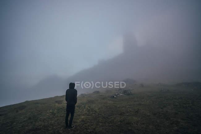 Homme debout dans le brouillard, colline éthérée, île de Skye, Écosse — Photo de stock