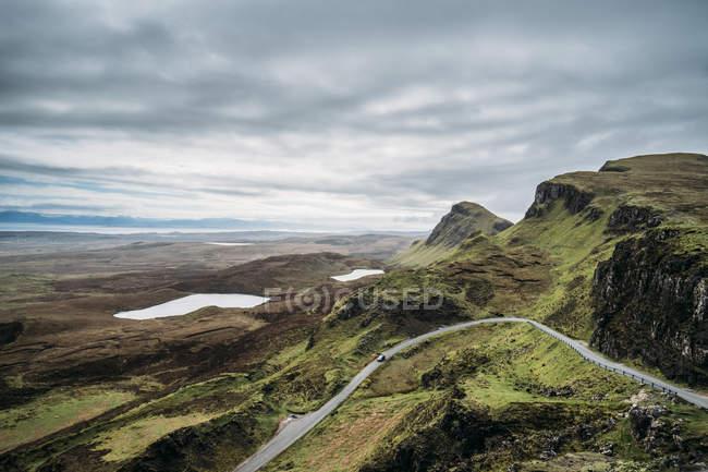 Malerischer Blick auf grüne Klippen, Insel des Himmels, Schottland — Stockfoto