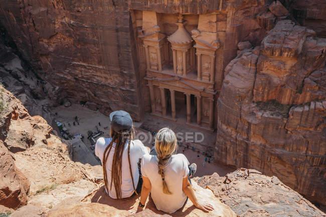 Pareja disfrutando de las ruinas arquitectónicas, Petra, Jordania - foto de stock