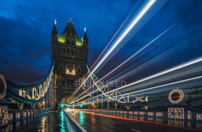 Размытые огни на Тауэрском мосту ночью, Лондон, Великобритания — стоковое фото