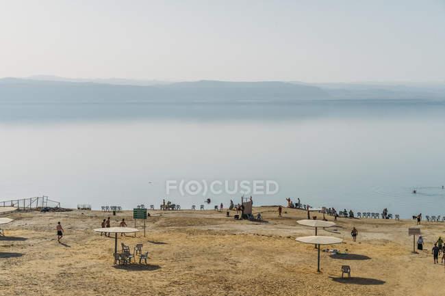 Scenic view beach and sunny blue lake, Dead Sea, Jordan — Fotografia de Stock