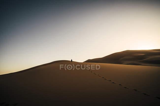 Fußspuren im Sand, abgelegenen Wüste, Sahara, Marokko — Stockfoto