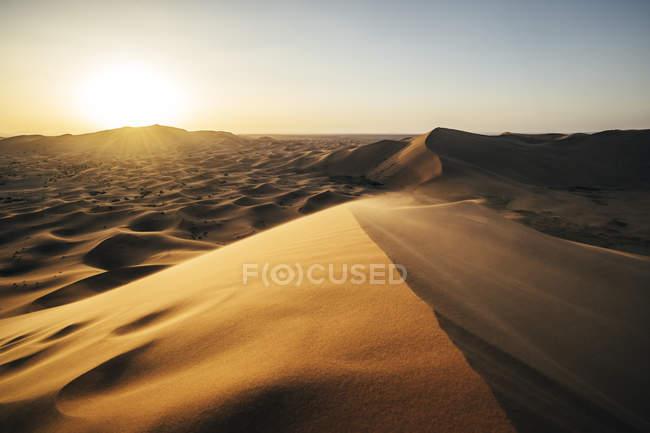 Sol brilhando sobre o deserto de areia tranquilo, Saara, Marrocos — Fotografia de Stock