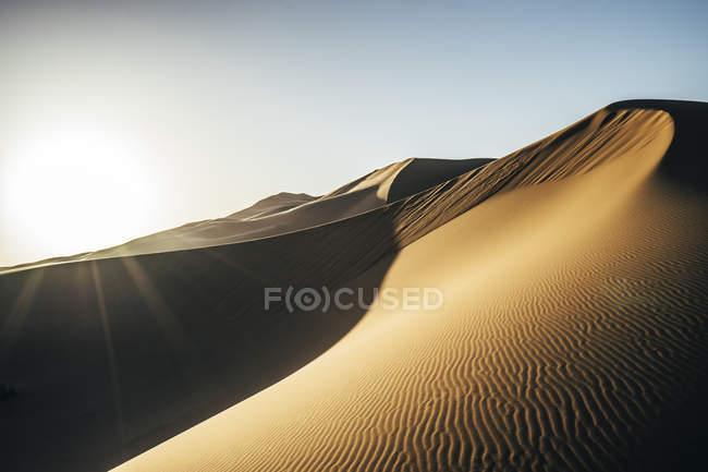 Sol brilhando sobre o deserto de areia, Saara, Marrocos — Fotografia de Stock
