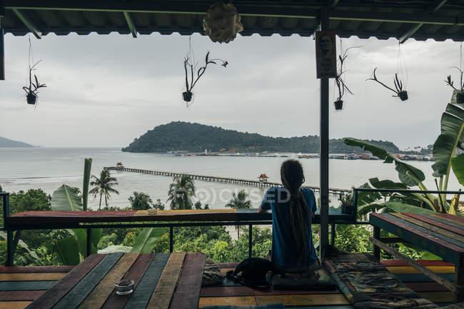 Uomo sereno godendo vista sull'oceano dalla capanna, Koh Chang, Thailandia — Foto stock