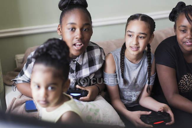 Amigos do tween que jogam o jogo video — Fotografia de Stock